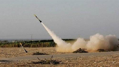 بصواريخ الكاتيوشا..مليشيات الحوثي تقصف مقر الفريق الحكومي بالحديدة