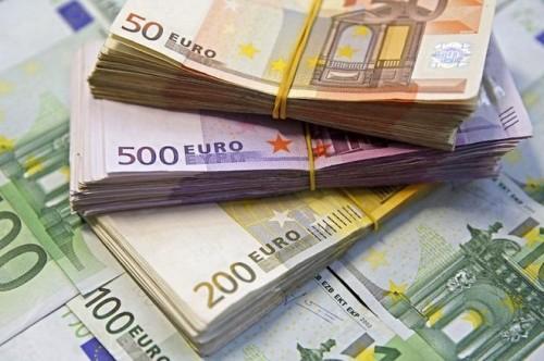 اليورو يتراجع إلى أدنى مستوى أمام الدولار بفعل بيانات المركزي الأوروبي