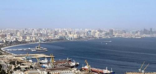 أذربيجان: نرسل مروحيتين وقوة بحرية إلى موقع سفينة شحن إيرانية وجهت نداء استغاثة
