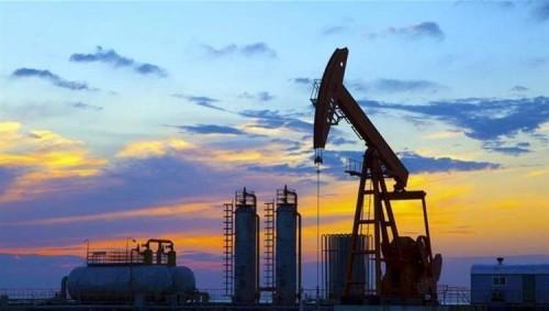 النفط يهبط لأدنى مستوى مسجلًا هذا الرقم
