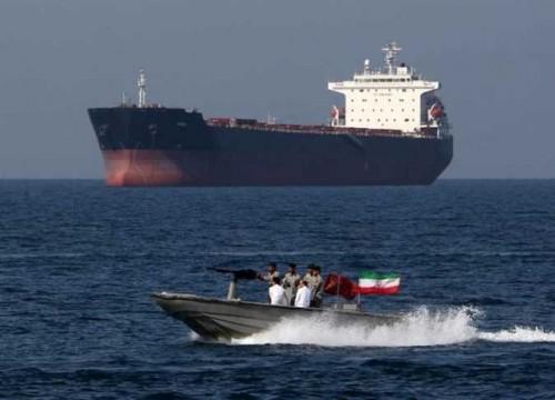 """أمريكا توجه السفن العابرة بـ""""هرمز"""" لتشغيل أجهزة التتبع باستمرار"""