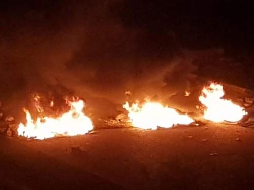 عاجل..محتجون يقطعون الطريق الرئيسي بالشحر بسبب انقطاع الكهرباء