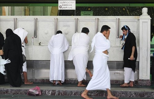 """""""زمزم"""" تروي عطش قلوب عشاق بيت الله الحرام"""