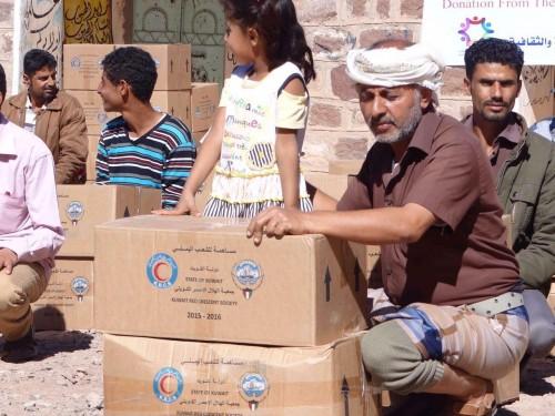 بدعم كويتي.. توزيع مئات السلال الغذائية على المتضررين بعدن