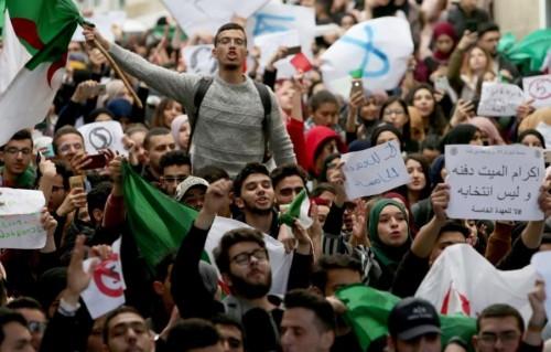 """تصاعد الاحتجاجات بالجزائر رفضًا للوساطة وسط دعوات لـ""""عصيان مدني"""""""