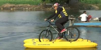 مصرية تبتكر دراجة نهرية للتنقل بين ضفتي النيل