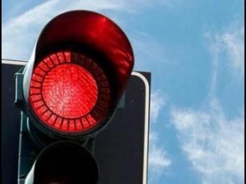 طفل يُبلّغ عن أبيه لقطعه الإشارة الحمراء أثناء القيادة بألمانيا