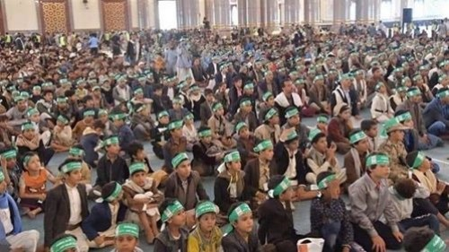 صورة بـ1000 مأساة.. كيف احتفل الحوثيون بتخريج أطفال المراكز الصيفية؟