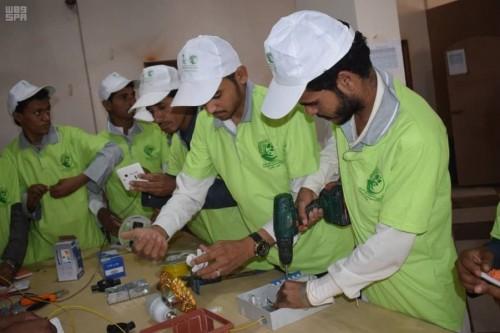 بدعم سعودي..تدريب 50 شابا على صيانة الجوالات في الجوف (صور)