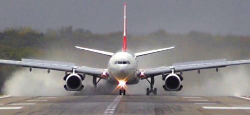 اشتعال النيران في طائرة ركاب وهبوطها اضطراريًا بمطار بالدنمارك