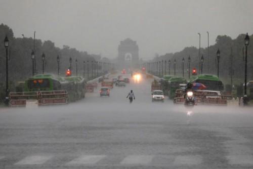 بالصور.. الفيضانات تجتاح شوارع ولاية نيودلهي الهندية