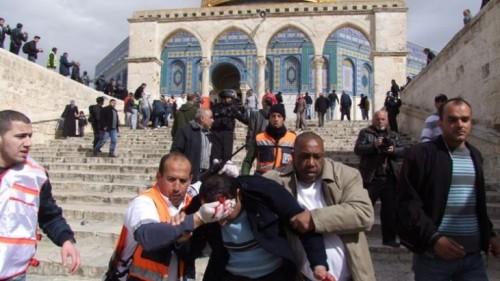 القوات الإسرائيلية تعتقل أحد حراس الأقصى بعد الأعتداء عليه.. (فيديو)