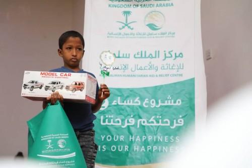 بدعم سعودي..توزيع  كسوة العيد على أطفال لحج (صور)
