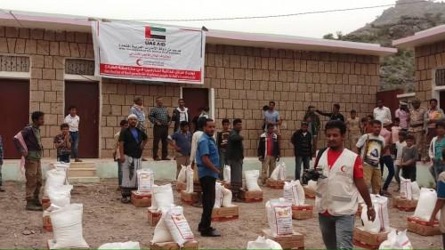 بدعم إماراتي..توزيع سلال غذائية على النازحين في قعطبة بالضالع