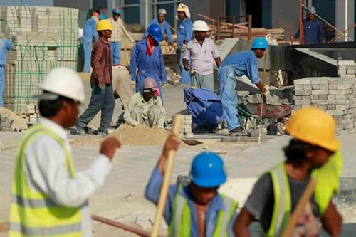 واقع مرير ومعاملة غير آدمية.. معاناة عمال المونديال في قطر
