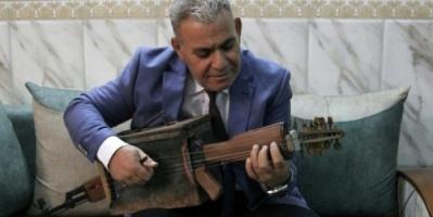 من الحرب إلى الموسيقى.. عراقي خمسيني يحول كلاشينكوف إلى ألة عود