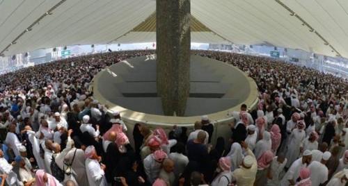 أول أيام العيد.. حجاج بيت الله الحرام يرمون جمرة العقبة