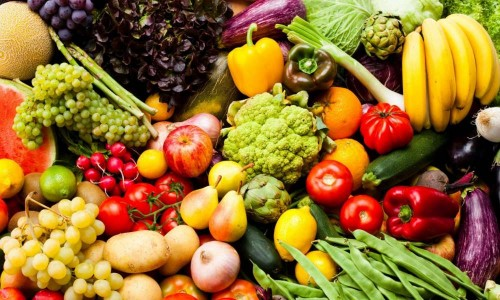 تعرف على أسعار الخضروات والفواكه في أسواق عدن أول أيام العيد