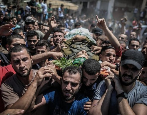 وسط صيحات الغضب والاستنكار.. تشييع جثمان فلسطيني قتل برصاص الاحتلال