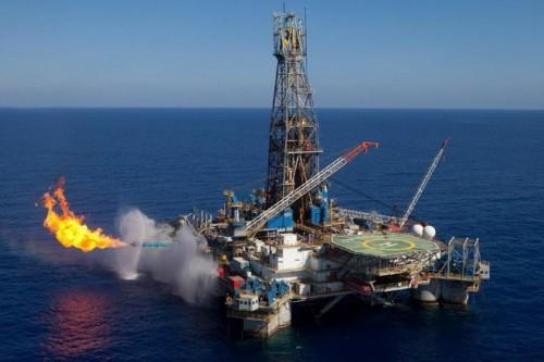 وزير الدفاع التركي: لن نصمت على قيام أحد بالتنقيب واستخراج البترول بقبرص