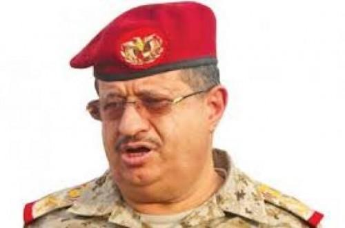 """بن فريد يسخر من وزير الدفاع اليمني ويصفه بـ""""النائم"""""""