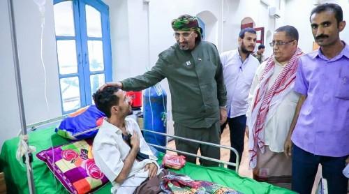 الرئيس الزُبيدي يتفقد الجرحى الجنوبيين بمستشفى باصهيب