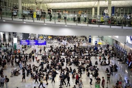 """الصين تعيد فتح مطار """" هونغ كونغ """" وسط تحذيرات من الاحتجاجات"""
