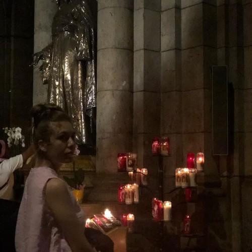 """رحمة حسن تنشر صورها من داخل كنيسة """"القلب المقدس"""" بفرنسا"""