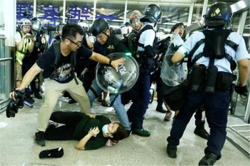 اشتباكات عنيفة بين الشرطة ومتظاهرين في مطار هونغ كونغ