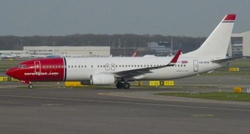 """في لندن.. طائرة ركاب نرويجية تصطدم بسياج بمطار """"جاتويك"""""""