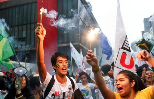(صور).. تظاهر آلاف الطلاب بالبرازيل تنديدًا بخفض الميزانية المخصصة للجامعات