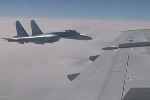 """هوية """" المقاتلة المتحرشة """" بطائرة وزير الدفاع الروسي.. (فيديو)"""