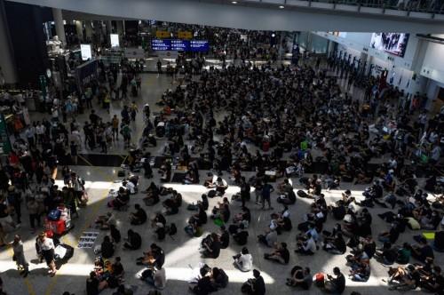 """بعد استئناف رحلاته.. أحداث """" شبه إرهابية """" بمطار هونغ كونغ"""