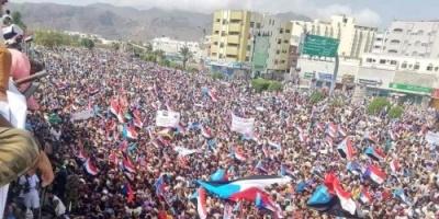 شاهد.. مدير أمن عدن وسط آلاف المشاركين في مليونية النصر بعدن