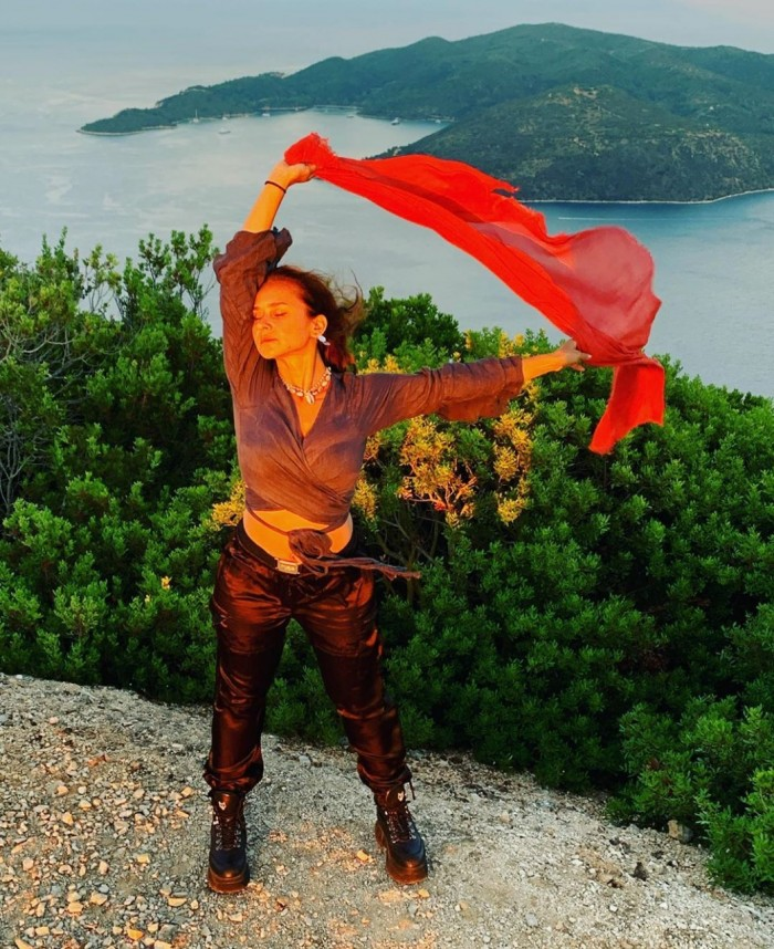 نيللي كريم تشارك جمهورها بأحدث إطلالتها في إجازتها الصيفية