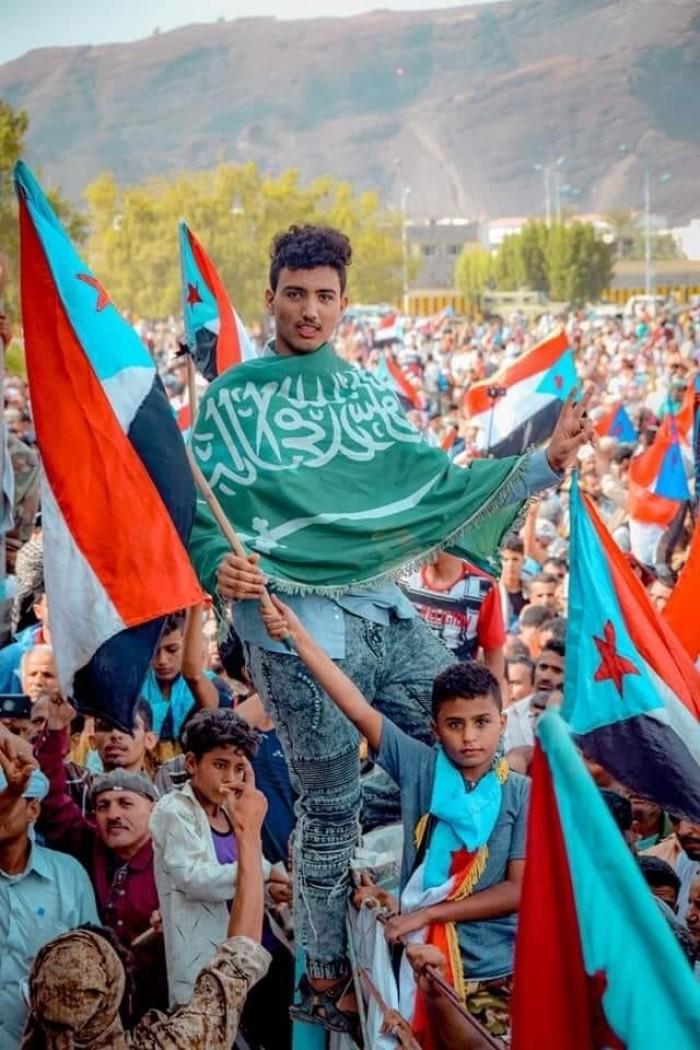 مشاركون بمليونية التمكين والثبات يرفعون العلم السعودي (صورة)