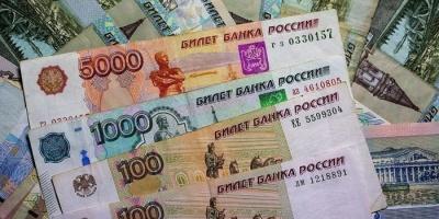 """""""الروبل الروسي"""" يواصل نزيف الخسائر بسبب اضطرابات الأسواق العالمية"""