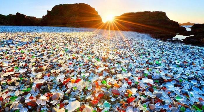 """""""الشاطئ الزجاجي"""".. أبدعت أمواج البحر في صنعه و يهدده البشر"""