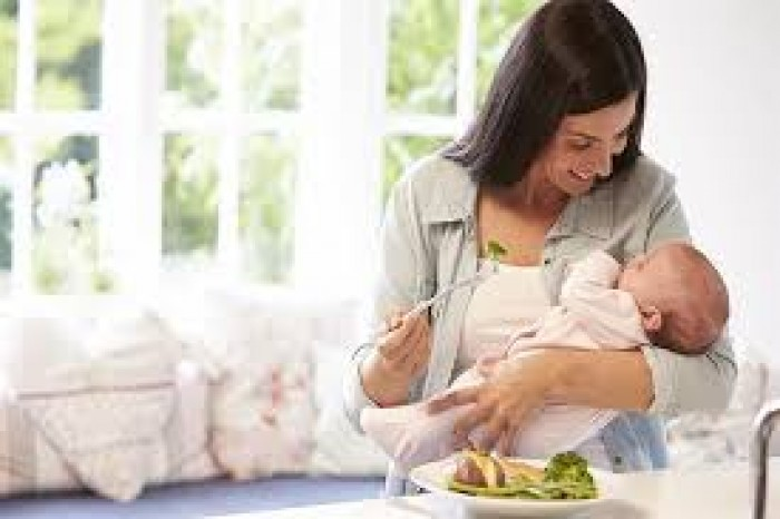 تحذيرات طبية من الحمية الغذائية خلال الرضاعة الطبيعية