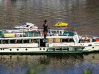 فرنسية تمشي على حبل طوله 350 متر فوق نهر فلتافا
