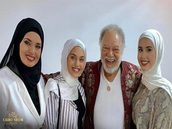 بعد اعتزالها الفن.. شاهد جيهان نصر وابنتاها بصحبة يحيى الفخراني