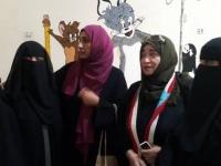 في لفتة إنسانية.. دائرة المرأة والطفل بالمجلس الانتقالي تزور جريحة أصيبت في 8 أغسطس