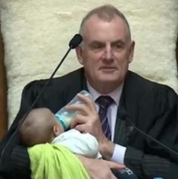 رئيس البرلمان النيوزيلندي يحمل حفيده خلال جلسة برلمانية (صور)