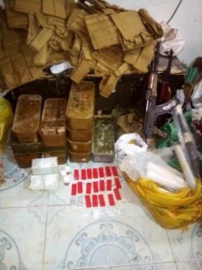 الحزام الأمني يطيح بعدد من الأشخاص بحوزتهم مخدرات وأسلحة شمال عدن