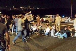 مستوطنون إسرائيليون يغلقون شوارع نابلس ويرشقون سيارات الفلسطينيين بالحجارة