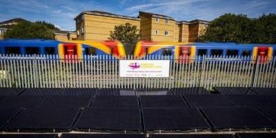 بريطانيا تُطلق أول قطار يعمل بالطاقة الشمسية في العالم (صور)