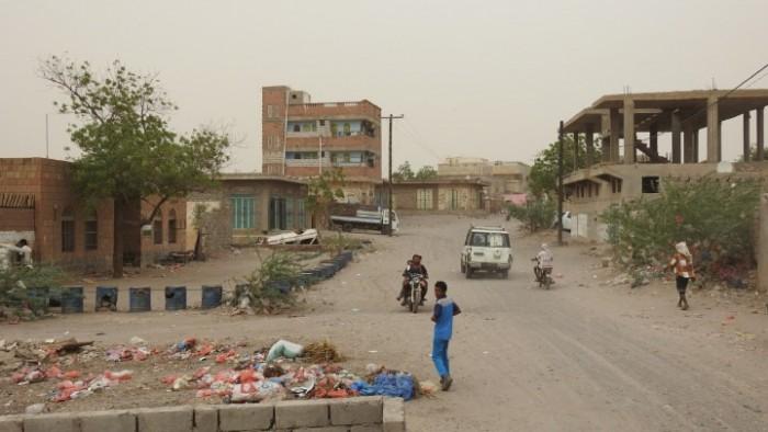 القذائق الحوثية تتساقط على المقابر بحيس