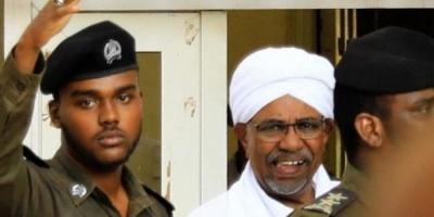 وصول الرئيس السوداني المخلوع عمر البشير إلى مقر محاكمته