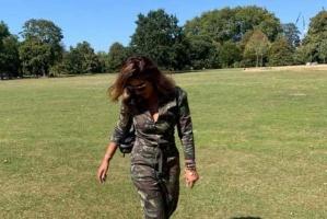 شذى حسون برفقة كلبها في جولة بحدائق لندن (صور)