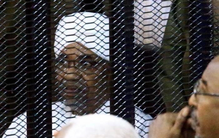 شاهد.. الصور الأولى للرئيس السوداني عمر البشير بقفص الاتهام